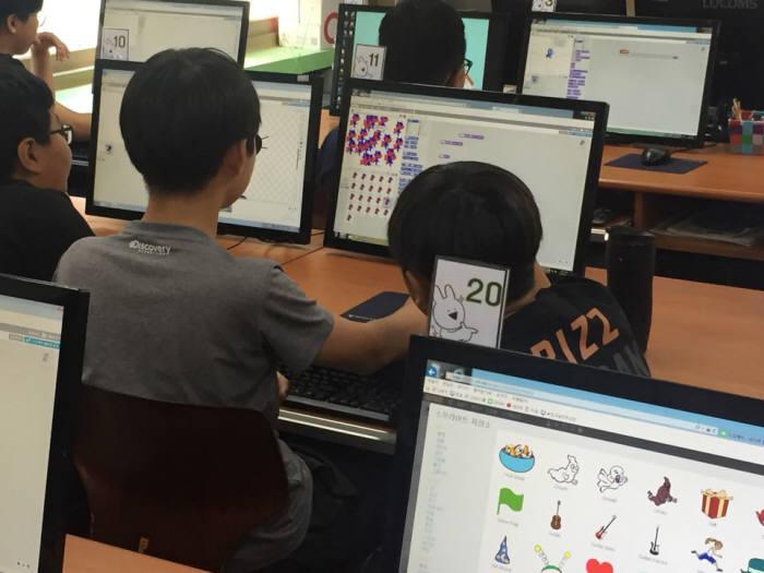 인천TP와 전자신문이 주최한 창의융합형 인재양성을 위한 주니어 SW교육에 참가한 한 인천 남부초 학생이 블록코딩을 짜고 있다.