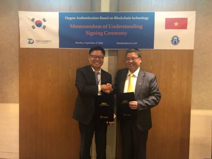 임무호 다인리더스 대표(왼쪽)와 쯔엉 띠엔 뚬 하노이개방대학교 총장이 협약 체결 후 기념촬영했다.