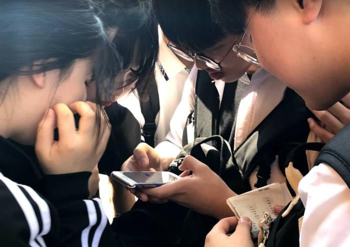 지역 학생들이 커뮤니티매핑 작업에 참여하고 있다.