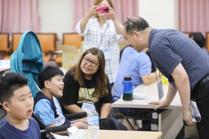 임완수 커뮤니티매핑센터대표가 활동에 참여한 학생과 대화하고 있다.