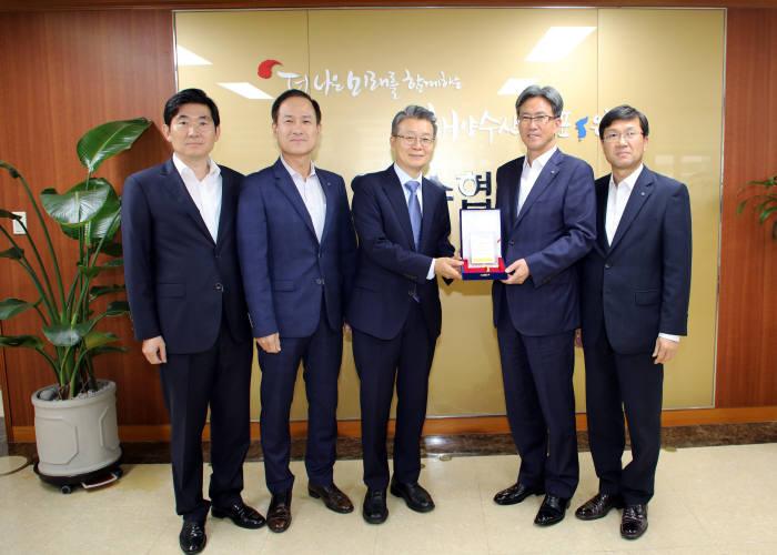 이동빈 수협은행장(왼쪽 세번째)이 최강석 코메르츠은행 한국대표(왼쪽 네 번째)로부터 인증패를 전달받고 있다.