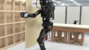 혼자서 집 짓는 인간 형태 로봇 개발