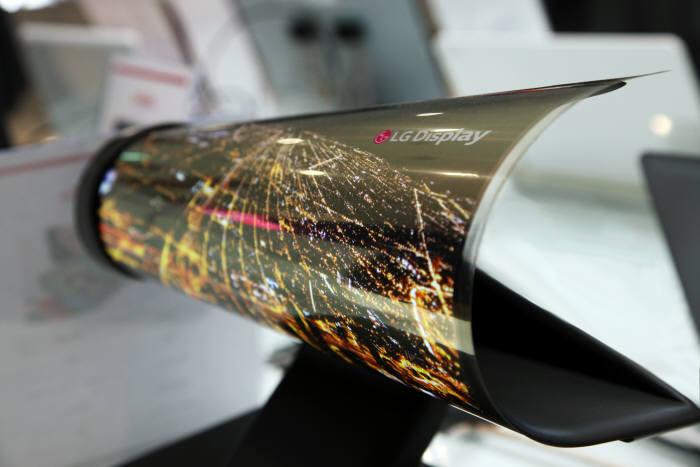 지난 2016년 CES에서 LG디스플레이가 공개한 롤러블 OLED 패널