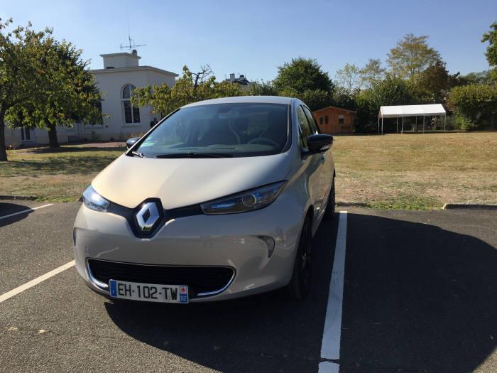 일드 프랑스(Ile-de-France) 지역 르노 공장 인근에 주차 중인 조에 시승 차량.
