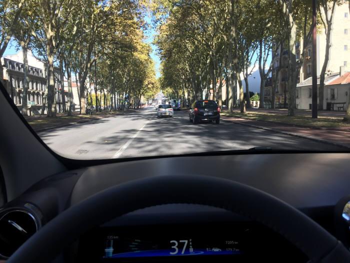 파리 외곽 베르사유 궁전 인근을 달리고 있는 르노 조에.