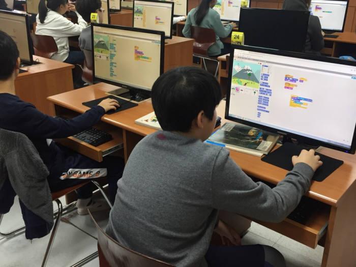 인천 인주초등학교 컴퓨터 교실에서 인주초 학생들이 스크래치를 이용해 직접 코딩을 하고 있다.