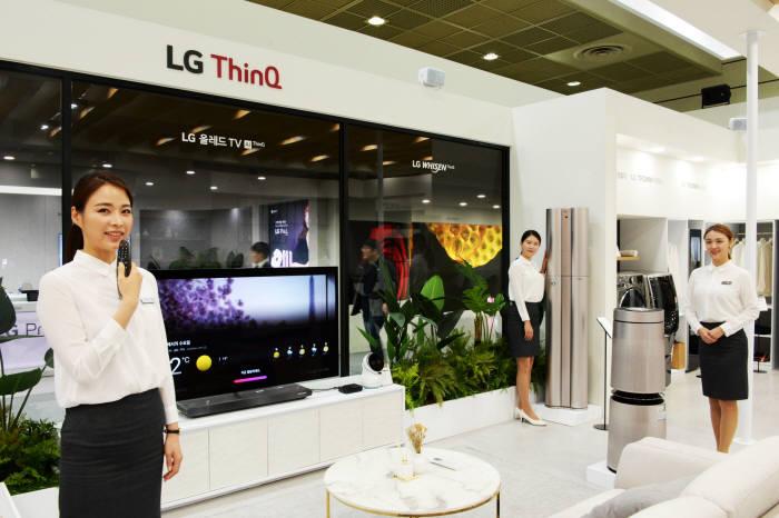 LG전자가 KES 2018에서 AI LG 씽큐 가전을 대거 소개하며 AI 선도 기업 이미지를 부각한다. LG전자 모델들이 LG ThinQ가 구현하는 AI 기반 스마트 홈을 소개하고 있다.