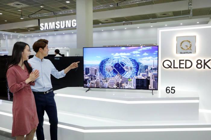 삼성전자가 24일부터 27일까지 서울 코엑스에서 열리는 KES 2018(한국전자전)에서 세상에 없던 라이프라는 컨셉으로 전략 제품을 전시한다. 삼성전자 모델들이 QLED 8K TV 최고화질을 감상하고 있다.