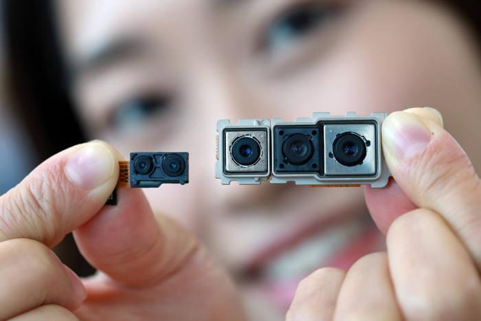 LG이노텍이 LG전자에 공급한 듀얼 카메라(왼쪽)와 트리플 카메라 모듈(제공: LG이노텍)