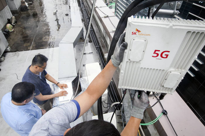 SK텔레콤 직원이 서울 강남구 테헤란로 한 건물에서 5G 중계기 성능을 테스트하는 모습.