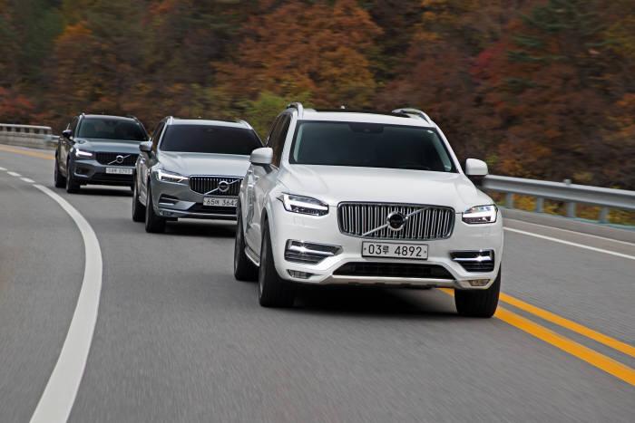 볼보 XC 레인지 모델들이 도로를 달리고 있다.