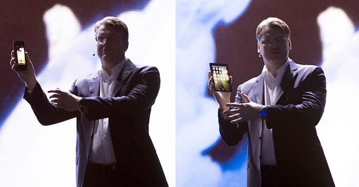 저스틴 데니슨 삼성전자 미국법인 상무가 7일(현지시간) 미국에서 열린 삼성개발자 콘퍼런스(SDC)에서 폴더블폰 디스플레이를 선보였다. / 사진=삼성전자