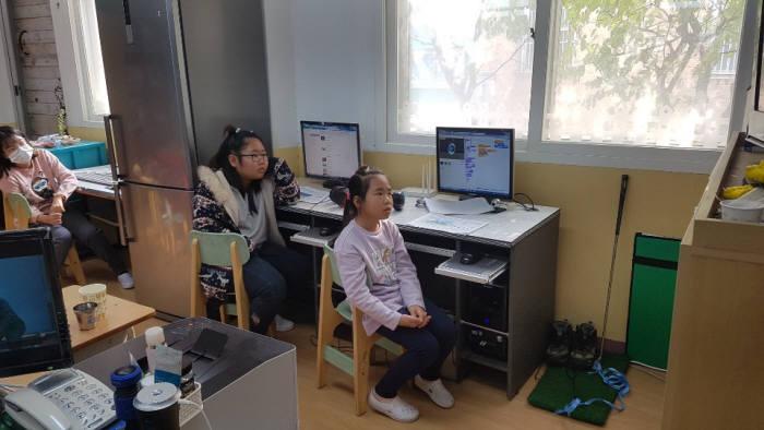 대이작도 남부초등학교 이작분교 학생이 SW 수업을 듣고 있다.