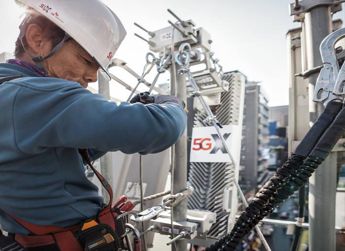 SK텔레콤이 내달 1일 5G전파 송출을 보름여 앞두고, 5G상용망을 공개했다. SK텔레콤 직원이 14일 명동 한 빌딩 옥상에서 5G 기지국을 점검하고 있다.