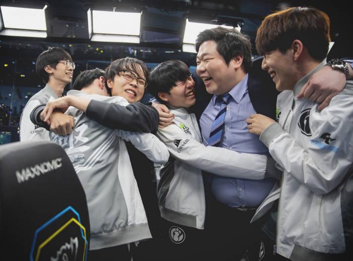 2018 롤드컵에서 인빅터스 게이밍 선수들이 우승을 차지한 후 기뻐하고 있다. 사진:라이엇게임즈