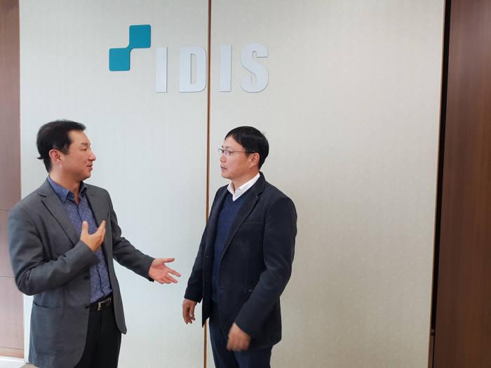 김승규 전자자동차유통부장(오른쪽)이 김영달 아이디스홀딩스 대표의 도전과 경영철학을 들어봤다.