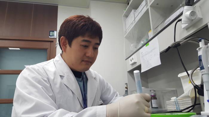 바이오트코리아 관계자가 세포치료제 전달체계인 스템 셀 네비게이터를 테스트하고 있다.