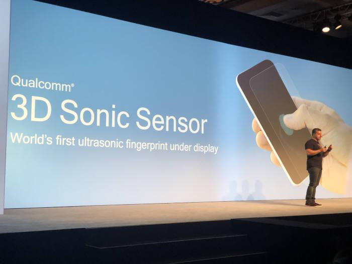 퀄컴이 초음파를 이용한 디스플레이 지문인식 센서를 소개하고 있다.