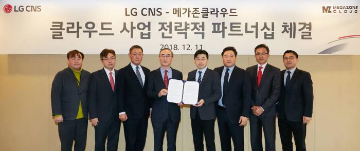 김영섭 LG CNS 대표(왼쪽 네 번째)와 이주완 메가존클라우드 대표(왼쪽 다섯 번째) 등 양사 관계자가 클라우드 사업 전략적 파트너십을 체결하고 기념촬영했다. <LG CNS 제공>