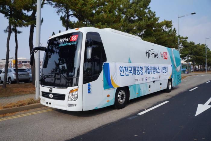인천국제공항공사는 11월 오후 인천국제공항 제1여객터미널 장기주차장 구간에서 국내 공항 중 최초로 자율주행 셔틀버스 시범운행에 성공했다. (제공=인천국제공항공사)