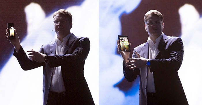저스틴 데니슨 삼성전자 미국법인 상무가 2018년 11월 7일(현지시간) 미국에서 열린 삼성개발자 콘퍼런스(SDC)에서 폴더블폰 디스플레이를 선보였다. / 사진=삼성전자