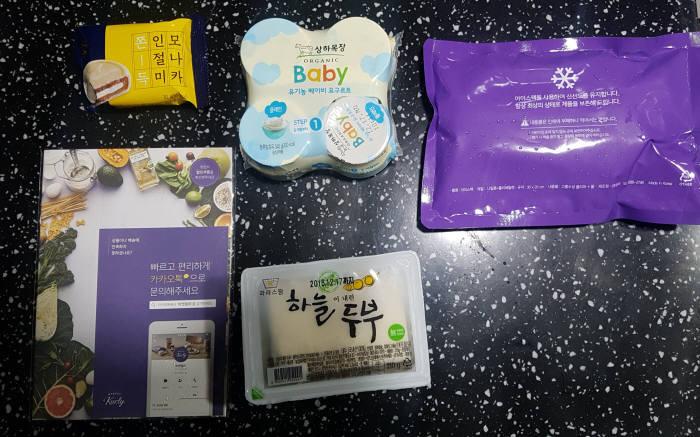 지난달 6일 마켓컬리 샛별 배송을 통해 받은 신선식품들. 얼음팩과 함께 배송돼 신선함을 유지한다.