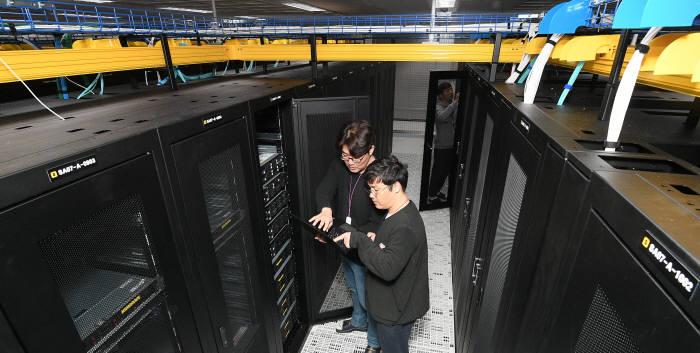 서버에 연결된 케이블을 기기 위로 올린 하이테크 트레이.