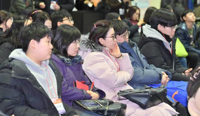 이티에듀가 주최한 선배에게 듣는 SW교육 토크콘서트에 참석한 학생과 학부모가 토크콘서트를 듣고 있다. 박지호기자 jihopress@etnews.com