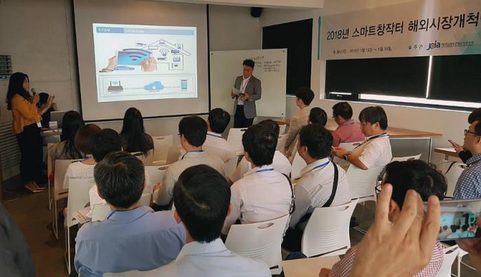 전남정보문화산업진흥원은 15일부터 18일까지 4일간 베트남 호치민에서 지역 유망 IT 및 SW 스타트업 4개사가 참가한 가운데 현지 기술교류회 및 상담회를 개최해 30만 달러 규모의 상담실적을 거뒀다