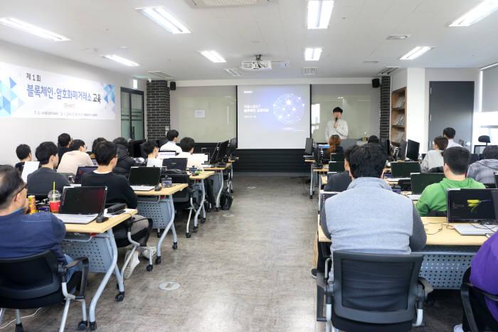 이호스트ICT는 블럭체인 기술 활성화를 위해 제 1회 블록체인 암호화폐거래소 교육을 진행했다.