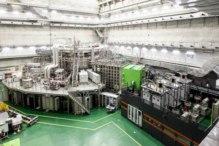 국가핵융합연구소가 우리 기술로 만든 초전도핵융합연구장치 KSTAR. 핵융합연은 1억도 플라즈마 10초 유지, 5000만도 100초 초과를 올해 KSTAR 세부 실험 목표로 세웠다.