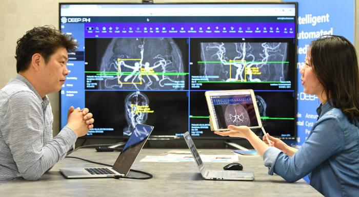 딥노이드 연구원이 AI 의료영상 진단 플랫폼 딥파이의 질병 판독 알고리즘에 대해 논의하고 있다.(자료: 전자신문DB)