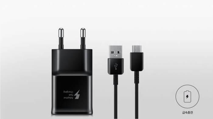15W(최대 전압 9V, 최대 전류 1.67A)을 지원하는 삼성의 급속 충전기. 5G 스마트폰에는 25W 충전 기능이 탑재될 예정이다.