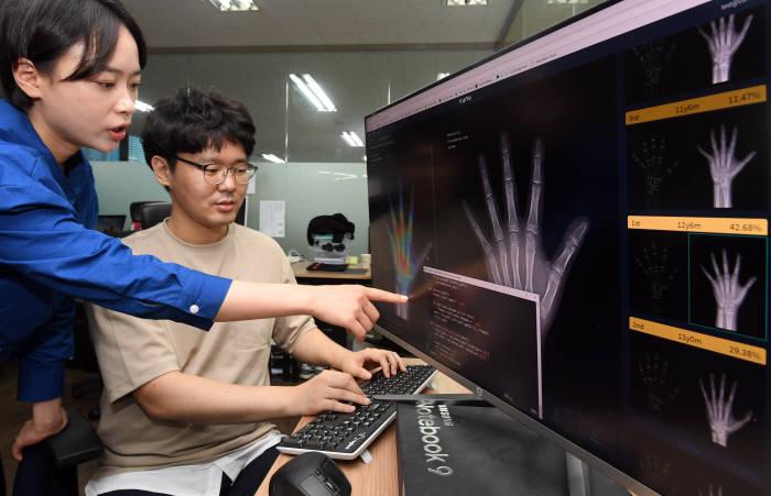 AI기반 의료기기 기업 뷰노 관계자가 뼈 나이를 판독하는 AI 의료기기를 연구하고 있다.(사진: 전자신문DB)