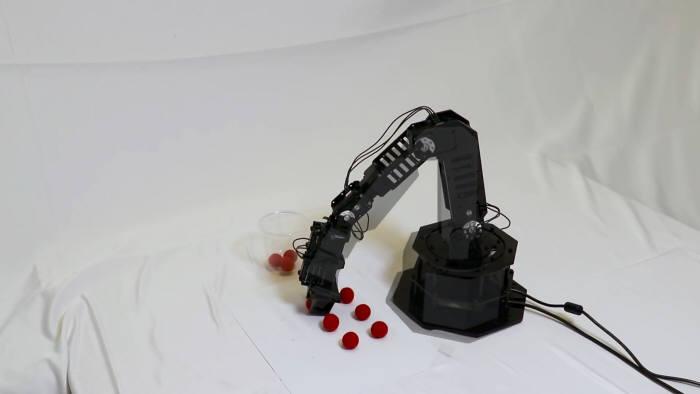 컬럼비아 대학교 연구진이 개발한 스스로 생각하는 로봇이 빨강색 공을 인지하고 컵에 옮겨닮고 있다. <사진= 컬럼비아 대학교>