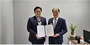 박일서 광주창조경제혁신센터장(오른쪽)이 지난해 인라이트벤처스와 지역 스타트업 투자 유치 활성화를 위한 업무협약을 체결하고 있는 모습.