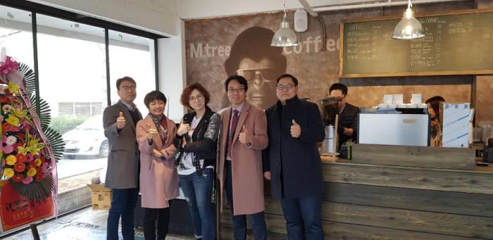 엠트리 창업카페를 설립한 리더스센터 내 입주기업인. 왼쪽에서 두번째가 백운주 SAG코리아 대표.