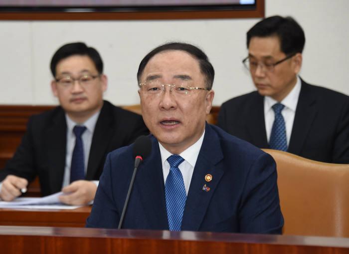 홍남기 경제부총리 겸 기획재정부 장관이 혁신성장전략회의 겸 경제관계장관회의에서 발언하고 있다.