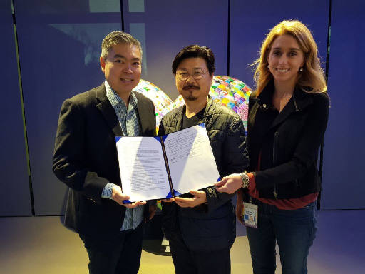 좌측부터 인텔 킷호체(Kit Ho Chee) 부사장 가운데 NBP 박원기 대표 우측 인텔 래진 스킬런(Raejeanne Skillern) 부사장. 사진=네이버
