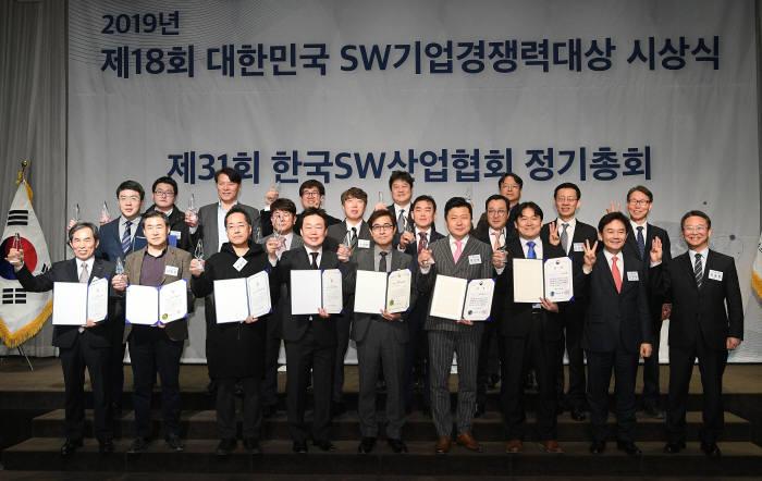 22일 서울 양재동 엘타워에서 열린 제18회 대한민국 SW기업 경쟁력 대상 시상식에서 주요 관계자와 수상자들이 기념촬영을 하고 있다. 이동근기자 foto@etnews.com