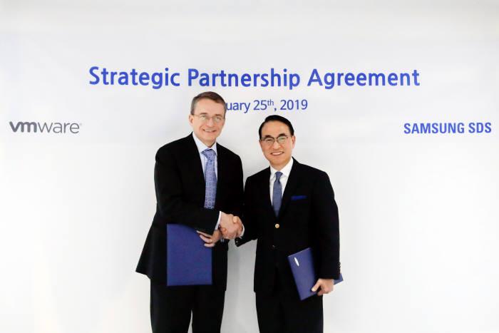 홍원표 삼성SDS 대표(오른쪽)와 팻 겔싱어 VM웨어 최고경영자가 25일(현지시간) 스페인 바르셀로나에서 디지털 업무환경 혁신 사업 공동 추진을 위한 협약을 체결하고 기념촬영했다. 삼성SDS 제공