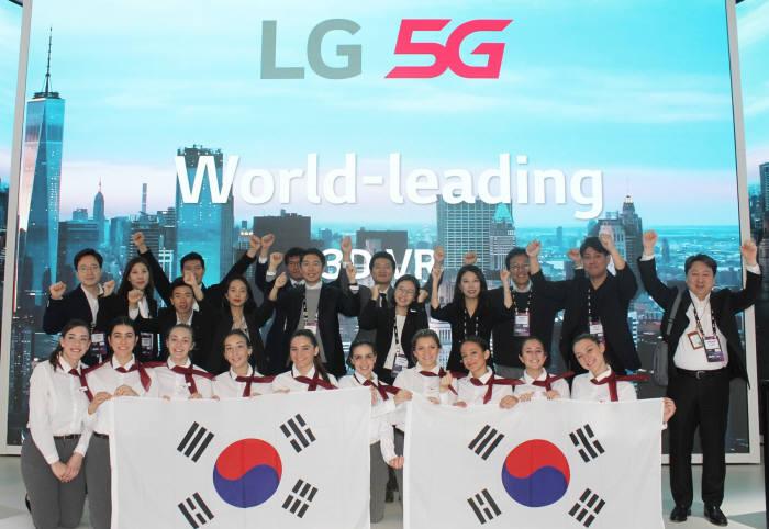 MWC19 LG 5G부스에서 LG유플러스 및 LG전자 직원과 부스 운영직원이 3.1절을 기념해 태극기를 들고 만세를 외치고 있는 모습