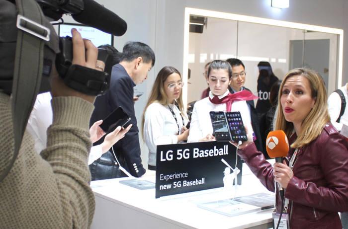 MWC 2019에 마련된 LG유플러스 5G 전시관을 방문한 외국 방송기자가 5G로 진화된 U+프로야구 서비스에 열띤 취재를 하고 있다 [사진=LG유플러스]