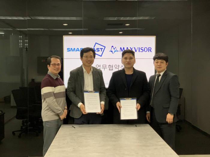황상현 스마트캐스트 대표(왼쪽 두 번째)와 김상민 맥스바이저 대표(왼쪽 세 번째)가 스마트오더시스템과 프랜차이즈 전용 ERP을 활용한 사업 협력 업무협약을 맺었다.