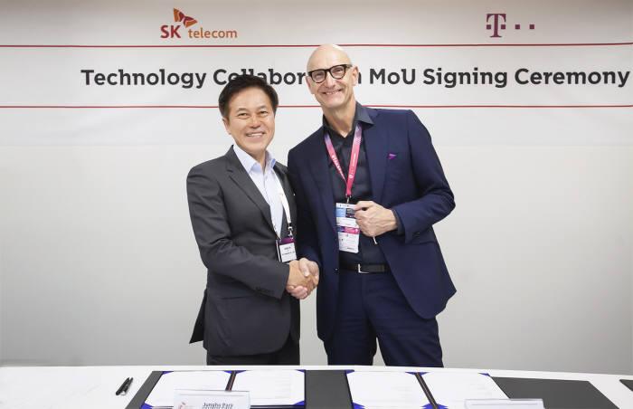 박정호 SK텔레콤 사장(왼쪽)과 팀 회트게스(Timotheus Hottges, 오른쪽) 도이치텔레콤 회장이 5G 네트워크,미디어,보안 기술을 공동 개발하는 내용의 MOU를 교환했다