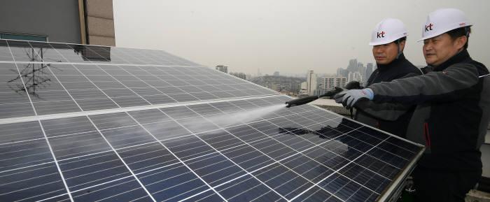연일 지속된 최악의 미세먼지가 태양광발전 효율을 저하시키고 있다. 이동근기자 foto@etnews.com