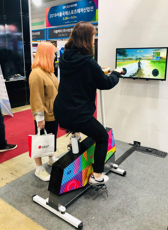 에이디엠아이가 개발한 운동용 시뮬레이터 리얼 힐 제품. 사진은 지난달 코엑스에서 열린 서울국제스포츠레저산업전에서 관람객이 이용하는 모습. 사진출처=에이디엠아이