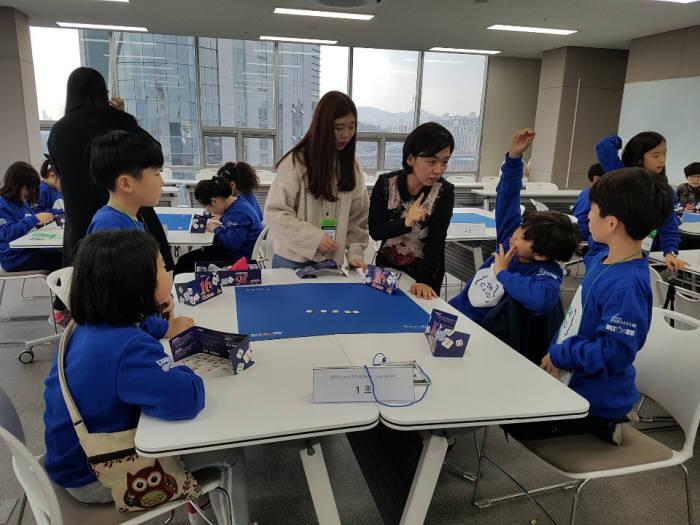 지역 무료 SW교육 코드 52 첫 수업이 지난 9일 서울에서 30여명 학생을 대상으로 열렸다. 수업에 참여한 학생이 컴퓨터 없이 SW 원리를 배우는 언플러그드 수업에 참여하고 있다. 코드클럽한국위원회 제공