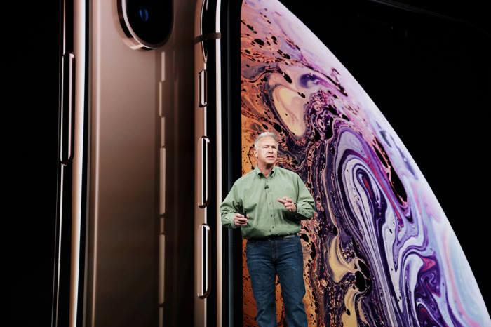 작년 9월 행사에서 필 쉴러 애플 수석부사장이 신형 아이폰을 소개하고 있는 모습(자료: 애플)