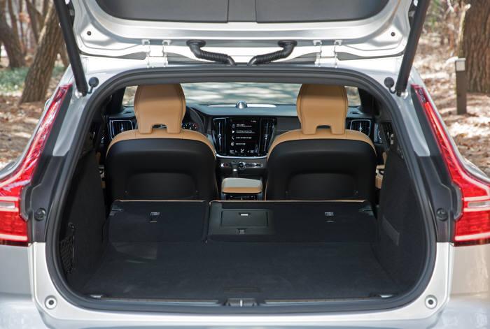 볼보 크로스컨트리 V60 트렁크.
